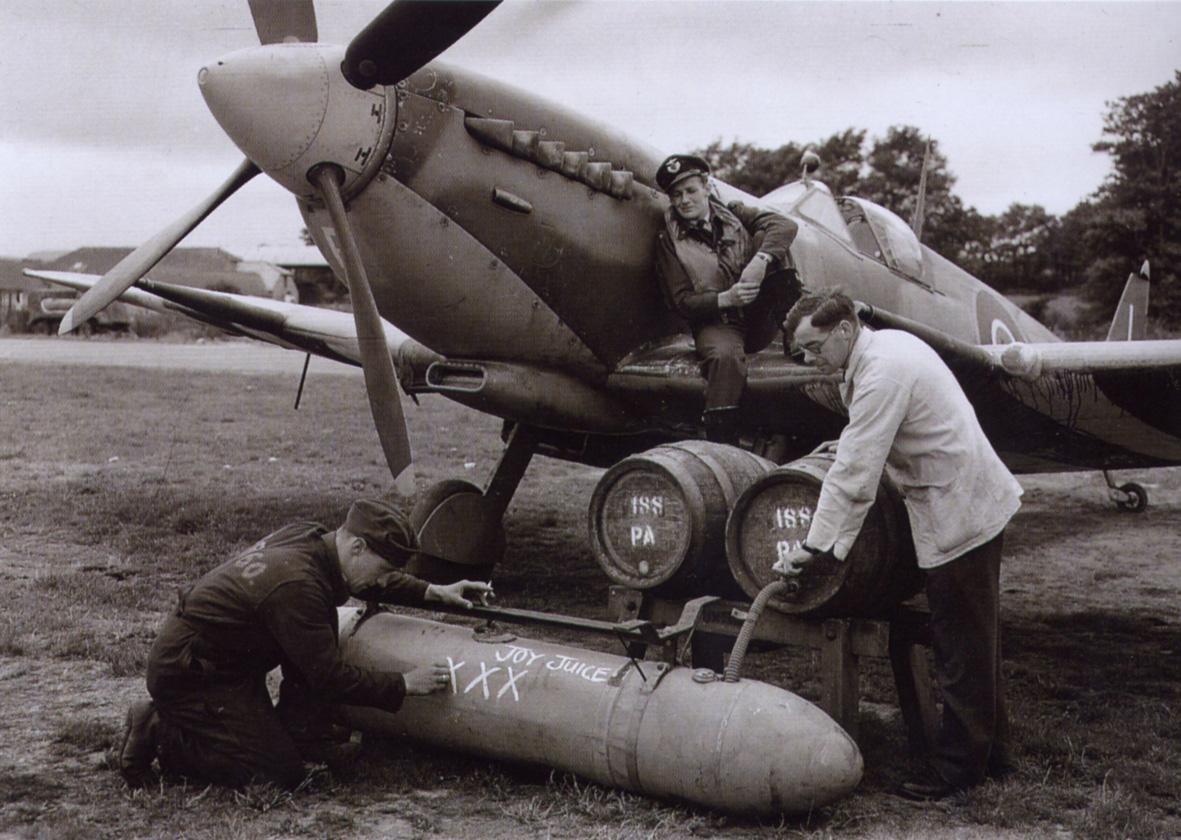 spitfire-droptank-fuelling-300dpi.jpg.26